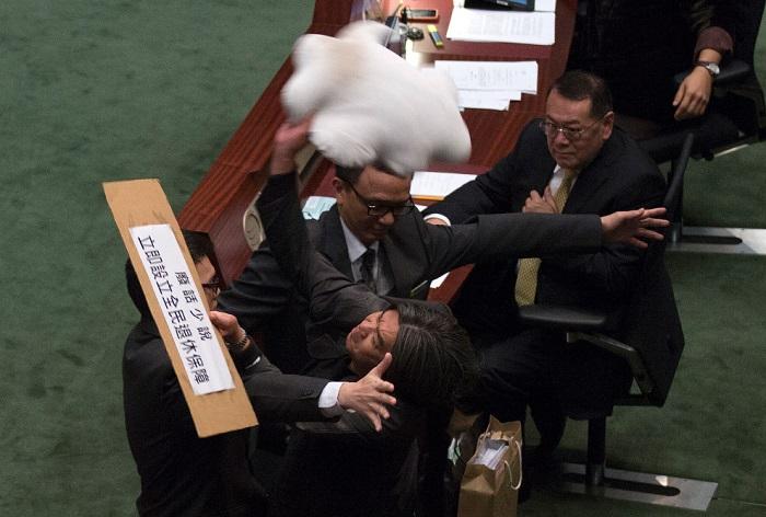 Самые впечатляющие бои политиков на мировых парламентских аренах