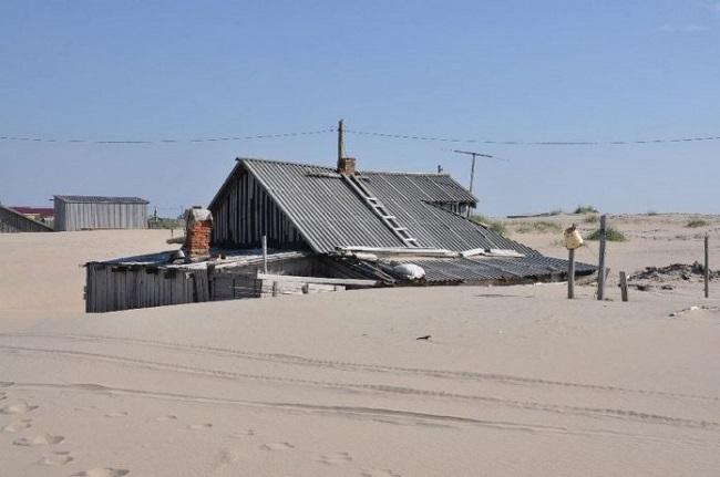 Жизнь в песках: необычная рыболовецкая деревушка, 20 фото